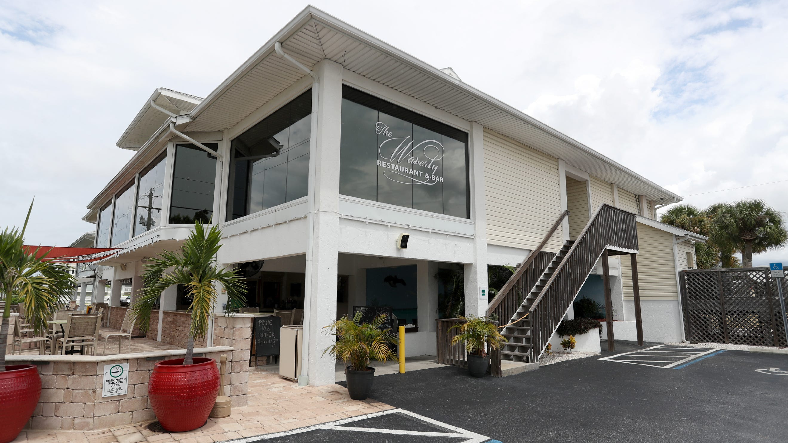El bar restaurante Waverly tiene vistas al golfo de México.