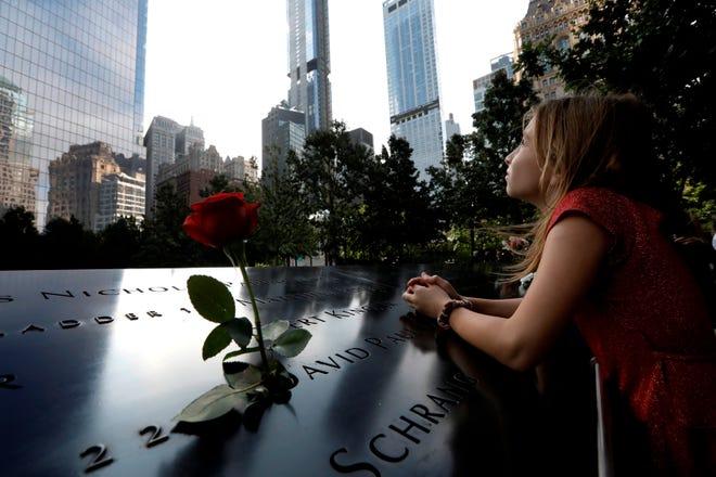 Emily Sheil, hija del bombero de la ciudad de Nueva York, Collins Sheil (no en la foto) mira hacia la piscina reflectante de la Torre Sur en la ceremonia de conmemoración del 19o aniversario del ataque terrorista del 11 de septiembre de 2001 en el World Trade Center en Nueva York, Estados Unidos, 11 de septiembre 2020.