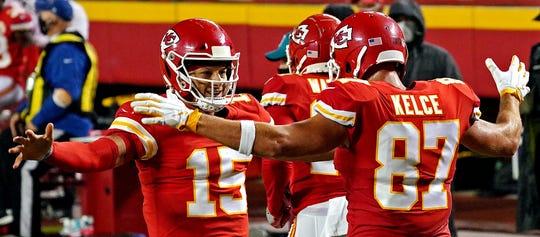 Gelandang Kansas City Chiefs Patrick Mahomes dan Travis Kelce setelah touchdown.