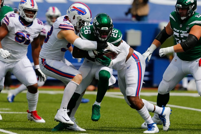 Trent Murphy wraps up Jets running back Le'Veon Bell.