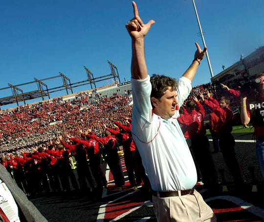 Mike Leach, shown in 2009 while coaching at Texas Tech, had a 84–43 record in 10 seasons with the Red Raiders.