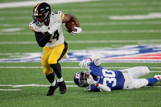 Benny Snell Jr. dari Steelers mematahkan tekel melawan Giants pada hari Senin.