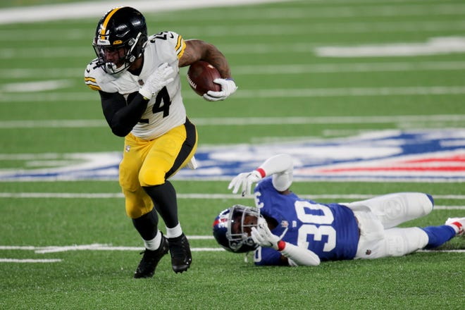 Benny Snell Jr. of the Steelers breaks a tackle against the Giants on Monday.