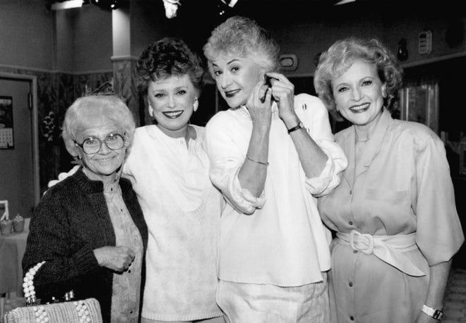 """Schauspielerinnen der TV-Serie """"Goldene Mädchen"""" gezeigt während einer Aufnahmepause am 25. Dezember 1985 in Hollywood.  Von links nach rechts Estelle Getty, Rue McClanahan, Bea Arthur und Betty White."""