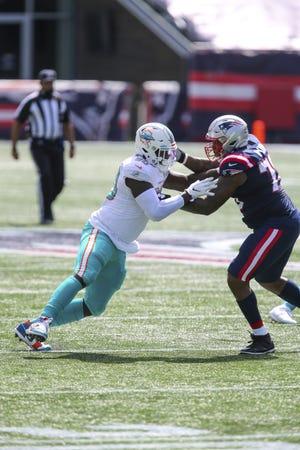 New England Patriots offensive lineman Isaiah Wynn (76) blocks Miami Dolphins defensive end Shaq Lawson. [STEW MILNE/AP]