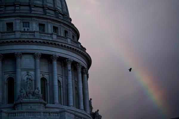 Sebuah kurva pelangi melalui udara di luar Gedung Kongres Wisconsin pada hari Rabu, 24 Juni 2020, di Madison, Wis.