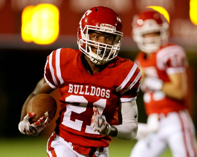 Frostproof running back DeAndre Knighten races downfield against Mulberry during the Bulldogs' season-opening win last Friday.