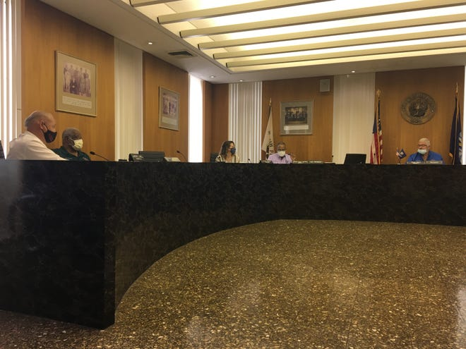 The Rapides Parish Police Jury voted 5-1 Friday to allow bars to reopen under Phase 3 COVID-19 guidelines.