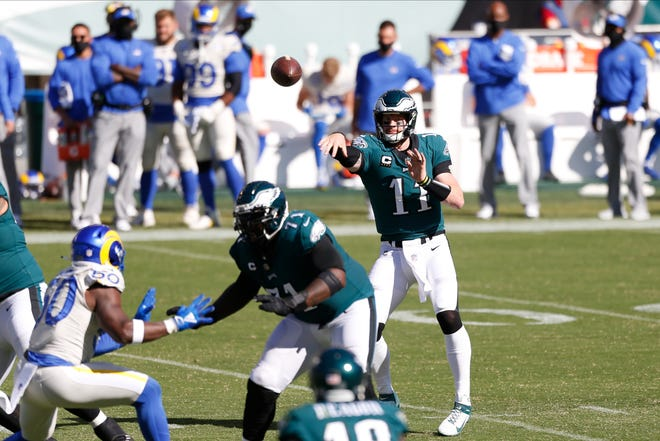 The Eagles' Carson Wentz throws a second-half pass Sunday at the Linc.