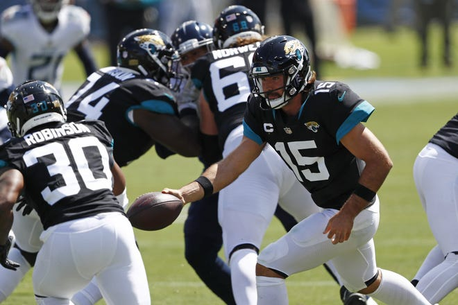 Jaguars quarterback Gardner Minshew (15) hands off to running back James Robinson (30) during the first half. Both Minshew and Robinson achieved statistical milestones Sunday.