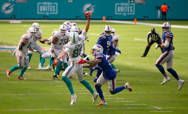 Miami Dolphins tight end Mike Gesicki (88) makes a one handed grab as he is defended by Buffalo Bills strong safety Dean Marlowe (31) at Hard Rock Stadium in Miami Gardens, September 20, 2020.  [ALLEN EYESTONE/The Palm Beach Post]