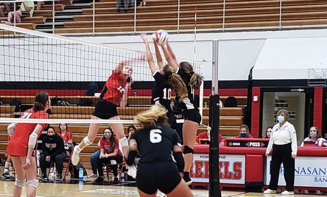 Oak Ridge's Ipek Ozcan and Paige Halcrow go up for a block against Maryville.