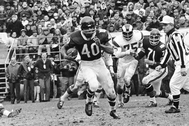 Chicago Bears running back Gale Sayers (40) runs for a 28-yard gain in an Oct. 27, 1969, game against the Los Angeles Rams in Chicago.