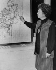 Representing the Stonegate Association in October 1974, Beverly Tarpley showed alternate junior high school boundaries to what the Abilene ISD proposed, based on enrollment.