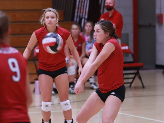 Winfield-Mt. Union sophomore Keetyn Townsley returns a serve in the Wolves' SEI Superconference Tournament pool play at Winfield.