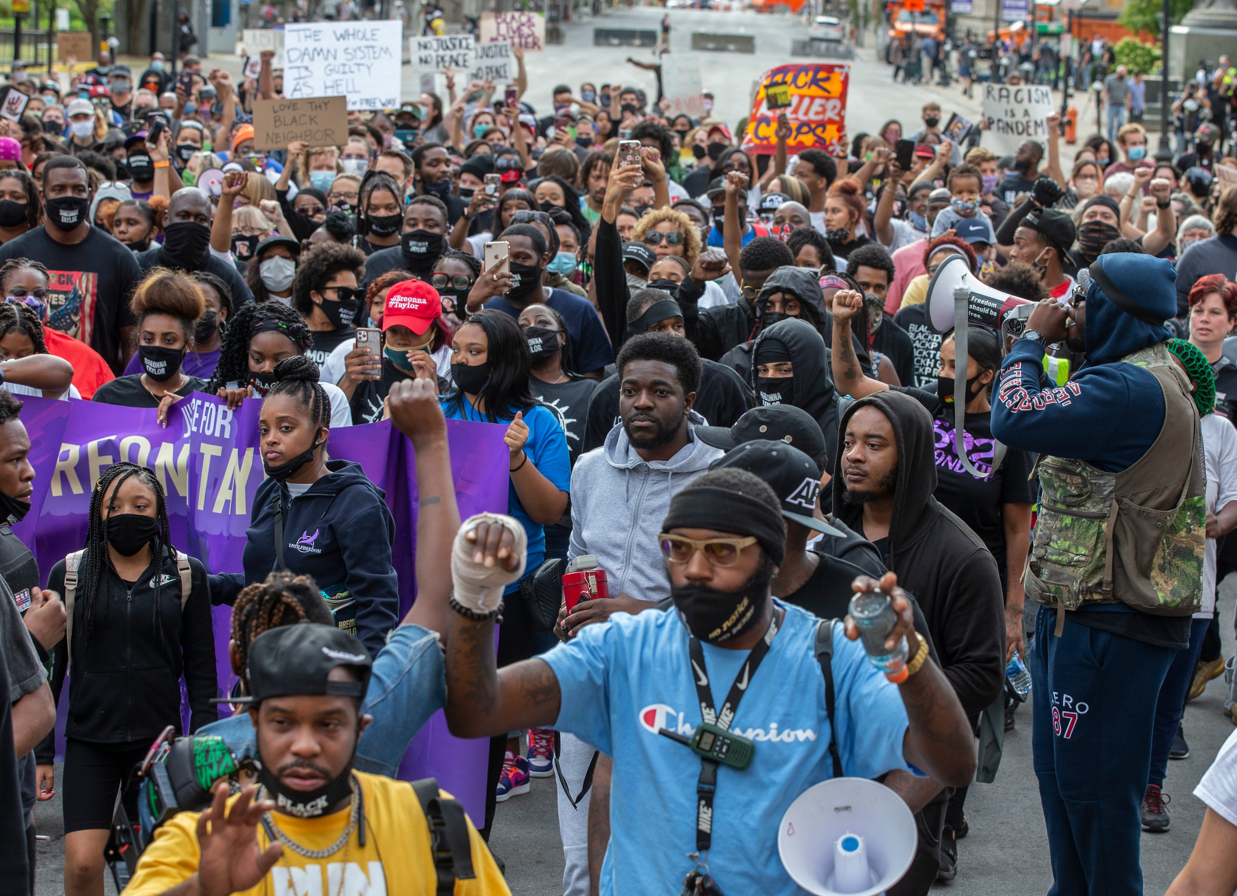 Breonna Taylor protests: Louisville police used flash bangs before curfew; Chicago, Boston and New Yorksee protests Friday