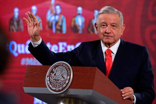 Fotografía cedida del presidente de México, Andrés Manuel López Obrador, durante su conferencia de prensa este viernes, en Palacio Nacional, en Ciudad de México.