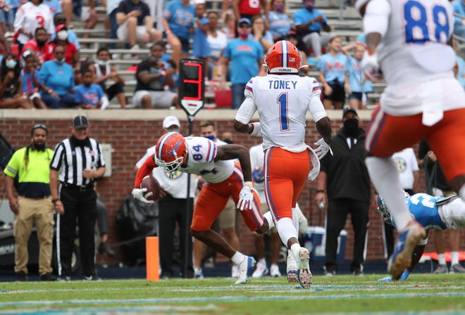 Florida tight end Kyle Pitts scores in the first half against the Ole Miss Rebels on Saturday at Vaught-Hemingway Stadium in Oxford, Miss.