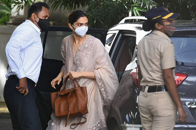 Bollywood actress Deepika Padukone (C) arrives to attend questioning by Narcotics Control Bureau (NCB) officials, in Mumbai on September 26, 2020. - Padukone was questioned on September 26 by Indian authorities in connection with a drugs probe into the suicide of actor Sushant Singh Rajput.