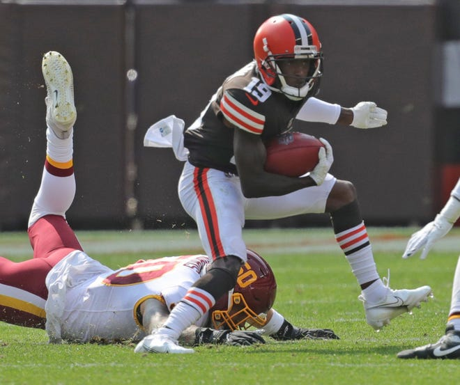 The Browns' JoJo Natson gets past Washington's Jared Noris during a second quarter run Sunday in Cleveland.