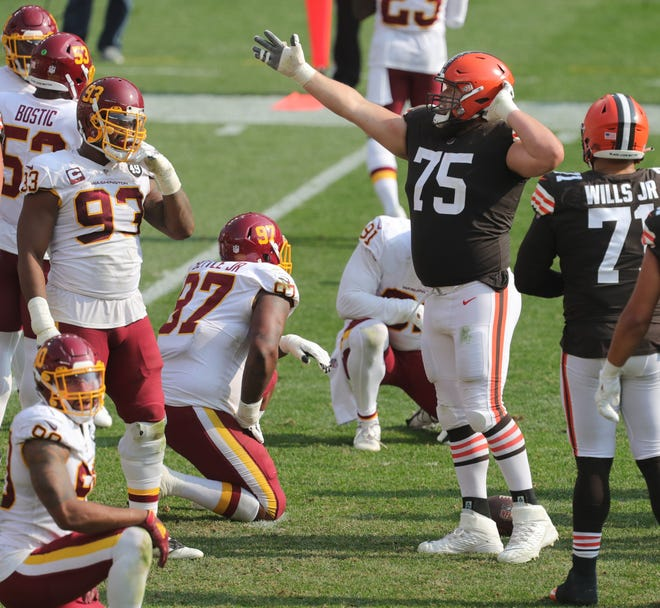 Browns left guard Joel Bitonio signals a first down against Washington on Sept. 27 at FirstEnergy Stadium in Cleveland.
