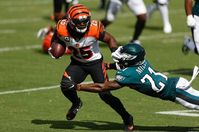 The Bengals' Giovani Bernard tries to elude the Eagles' Jalen Mills during Sunday's game at the Linc.