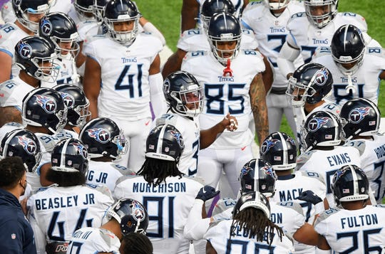 Kevin Byard (31) of the Tennessee Titans speaks to his teammates during warmups before the game against the Minnesota Vikings at U.S. Bank Stadium on September 27, 2020 in Minneapolis, Minnesota.