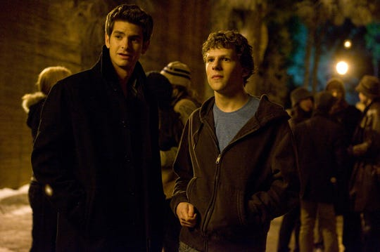 Eduardo Saverin (Andrew Garfield) sues Mark Zuckerberg (Jesse Eisenberg) after his shares of Facebook are unfairly diluted.