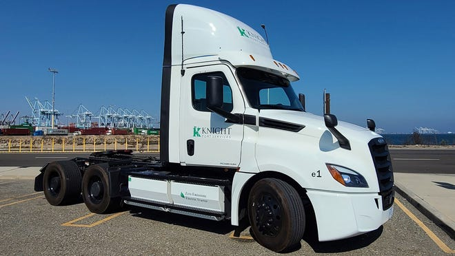 Knight-Swift released a photo of this truck that runs on an electric battery with zero emissions.