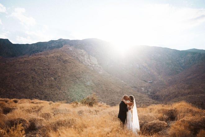 Catherine y Ryan Ferguson se casaron en una pequeña ceremonia el 28 de agosto en Palm Springs después de decidir no esperar hasta después de la pandemia de coronavirus para una boda.