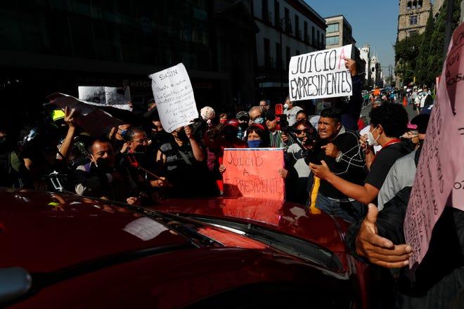 Simpatizantes del presidente Andrés Manuel López Obrador se manifiestan hoy a las afueras de la Suprema Corte de Justicia de la Nación (SCJN), en Ciudad de México.
