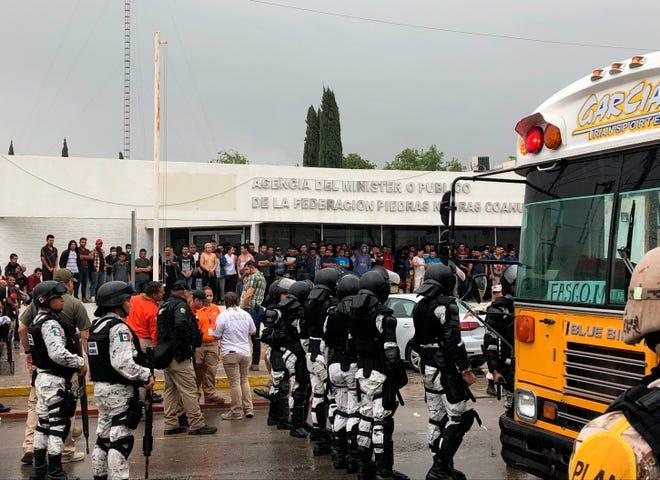 Miembros de la Guardia Naciona custodian afuera de un albergue para migrantes en Piedras Negras.