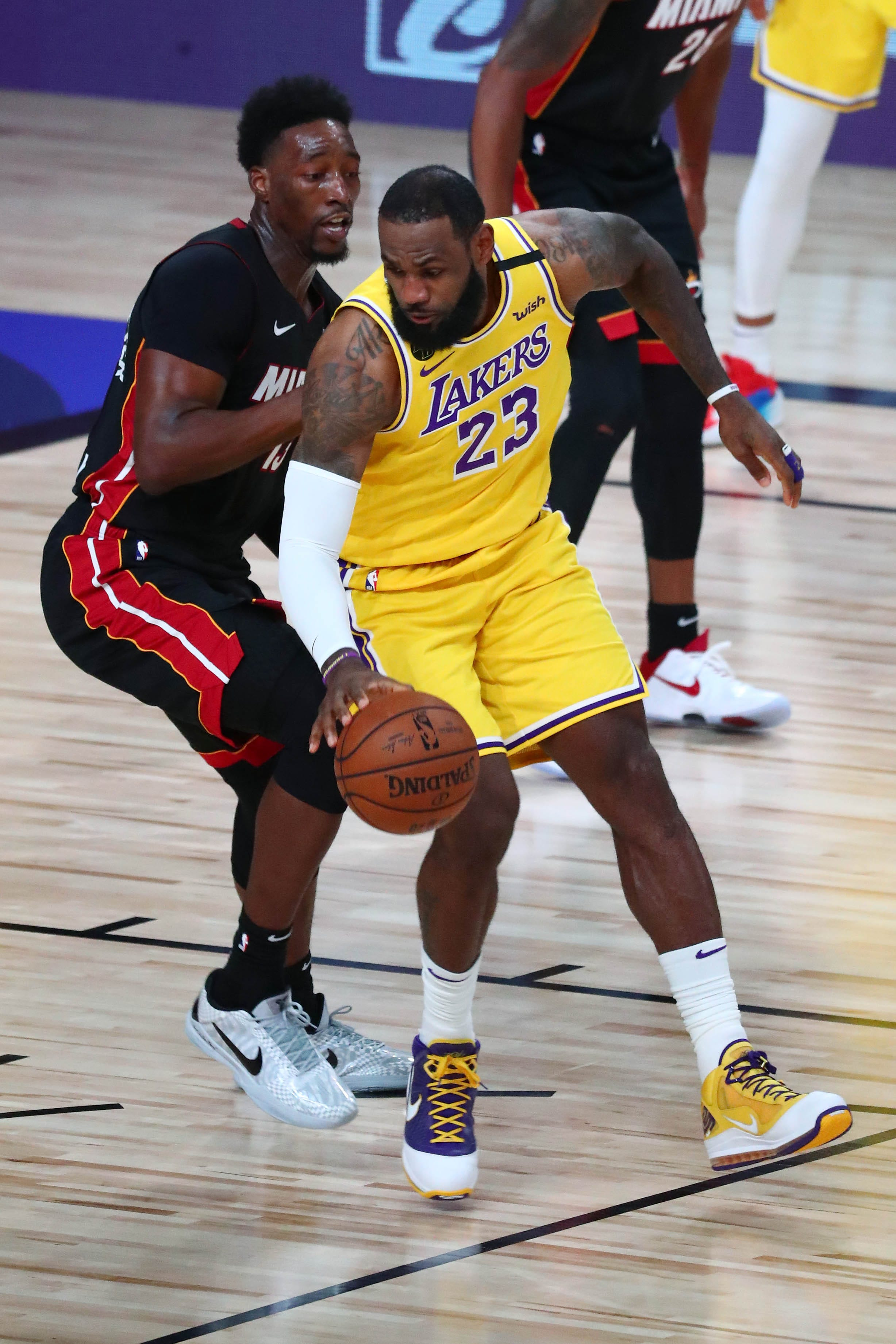 Los Angeles Lakers run away from banged-up Miami Heat in Game 1 of NBA Finals