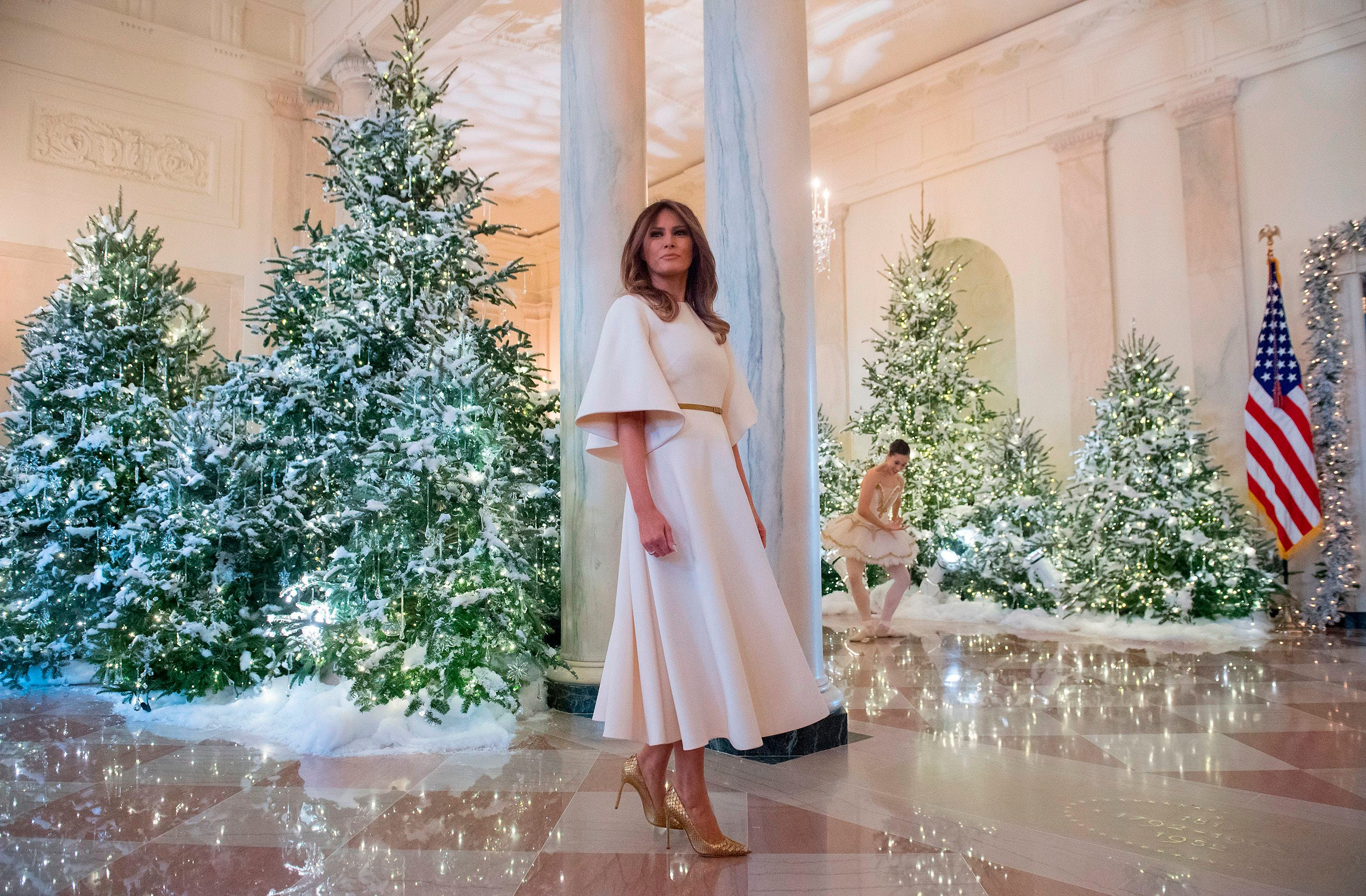 Trump Christmas Picture 2020 Melania Trump's Christmas decorating curse leaks, Twitter reacts