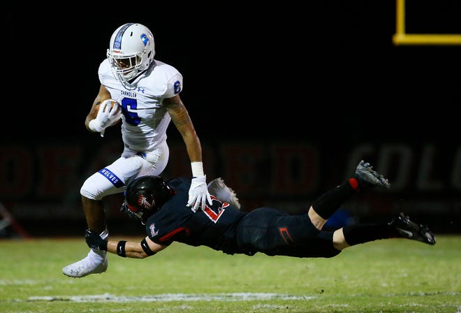 Liberty's Shane Pitts (23) attempts to tackle Eli Sanders (6)  during the first half at Liberty High School in Peoria, Ariz. on Oct. 1, 2020.