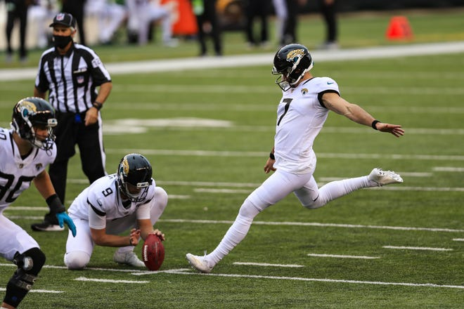 Jaguars kicker Aldrick Rosas (7) kicks a field goal during Sunday's game, his first with the team.
