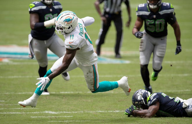 Miami Dolphins wide receiver DeVante Parker (11) makes a reception over the middle against Seattle Seahawks at Hard Rock Stadium in Miami Gardens, October 4, 2020.  [ALLEN EYESTONE/The Palm Beach Post]