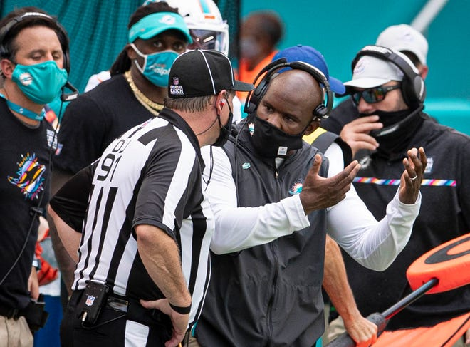 Miami Dolphins head coach Brian Flores questions head linesman Jerry Bergman (91) on a critical measurement in the fourth quarter at Hard Rock Stadium in Miami Gardens, October 4, 2020.  [ALLEN EYESTONE/The Palm Beach Post]
