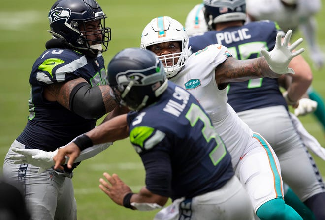 Miami Dolphins defensive tackle Raekwon Davis (98) pressures Seattle Seahawks quarterback Russell Wilson (3) at Hard Rock Stadium in Miami Gardens, October 4, 2020.  [ALLEN EYESTONE/The Palm Beach Post]