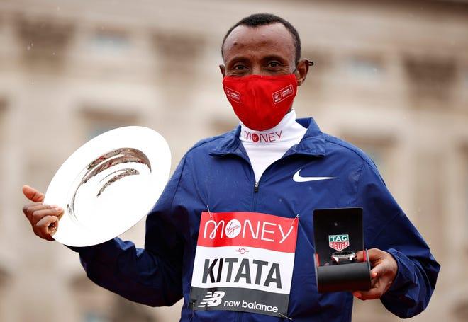Shura Kitata de Etiopía celebra con el trofeo tras ganar en la carrera de Elite Men's en la Maratón de Londres.