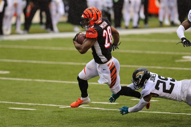 Cincinnati Bengals running back Joe Mixon (28) eludes Jaguars' safety Josh Jones on his way to a 23-yard touchdown, one of several plays that contributed to a second-half collapse in the Jaguars' 33-25 loss. (AP Photo/Aaron Doster)