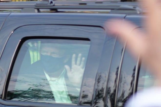 El presidente Donald Trump saluda a simpatizantes desde un vehículo afuera del Centro Médico Militar Nacional Walter Reed, en Bethesda, Maryland, el 4 de octubre de 2020. Trump fue ingresado al hospital tras contraer COVID-19.