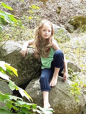 Feyla McLeod posa en esta foto familiar sin fecha.  Feyla y su madre, Alaina, murieron en el Zogg Fire.