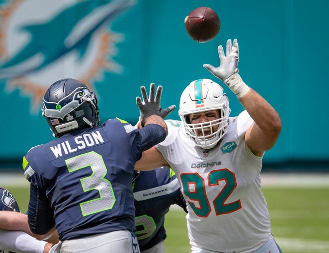 Miami Dolphins defensive end Zach Sieler (92), a Pinckney High School graduate, pressures Seattle Seahawks quarterback Russell Wilson on Oct. 4, 2020.