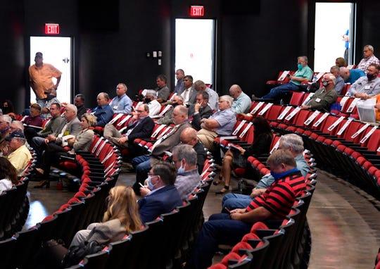 Attendees listen to former state legislator Robert Duncan.