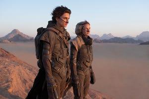 """Timothee Chalamet, kiri, dan Rebecca Ferguson dalam sebuah adegan dari """"Bukit pasir."""""""