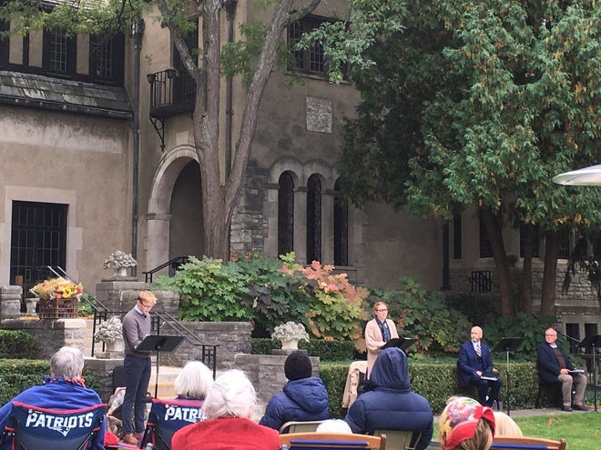 In the beautiful garden setting of Kirk in the Hills Church, the actors from the Bare Bones Theatre Productions Company performed the reading of The Alabama Story play. The audience brought their own chairs and blankets. A standing ovation was given at the conclusion of the performance.