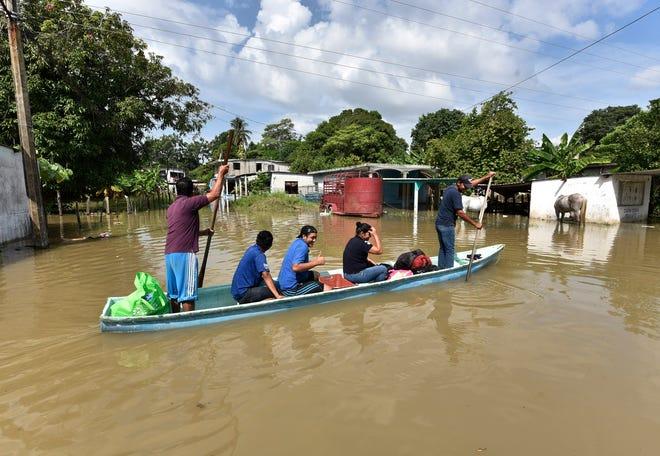 Habitantes rescatan algunas de sus pertenencias entre las calles inundadas debido a las constantes lluvias que ha originado la tormenta tropical Gamma, este lunes, en el poblado de Gaviotas Sur en el estado de Tabasco.
