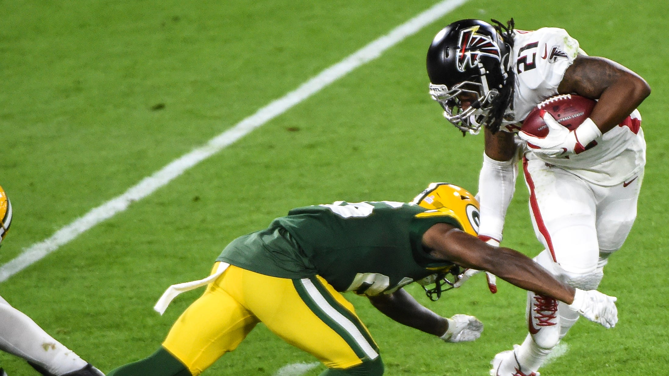 Atlanta Falcons running back Todd Gurley II (21) eludes a tackle by Green Bay Packers safety Darnell Savage.