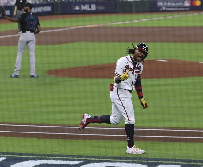 El venezolano Ronald Acuña festeja tras conectar un jonrón solitario ante el dominicano Sandy Alcántara (izquierda), de los Marlins de Miami, en el primer juego de la serie divisional de la Liga Nacional, el martes 6 de octubre de 2020, en Houston.